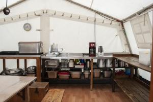 Unsere Küche mit Wasserkocher, Kaffeemaschine, Normbehälter und vielem mehr.