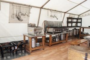 2 Bräter, 2 Hockerkocher und 1 kleine Kochstelle bieten zahlreiche Möglichkeiten.