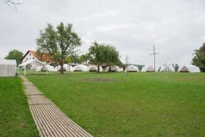 Blick vom Duschhaus auf den Zeltplatz