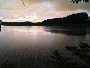 Regen bei Sonnenuntergang am Holzmühleweiher